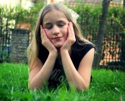 girl-grass_closeeye